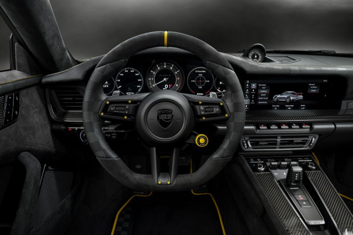Спортивное рулевое колесо GTstreet R, обшитое кожей и алькантарой, с эксклюзивной перфорацией в стиле гоночного флага имеет 5-миллиметровый маркер  в нолевой точке обода контрастного цвета.
