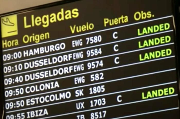 Информационное табло прилетов в аэропорту Пальмы. Фото