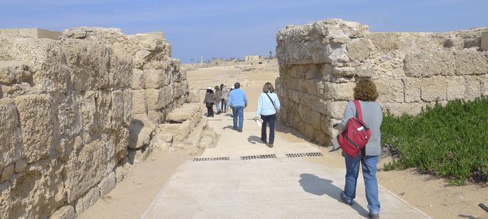 Entrando en el recinto arqueológico de la ciudad romana de Cesarea