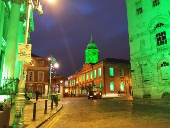 La ciudad de Dublín de noche en las celebraciones de San Patricio, teñida de verde.