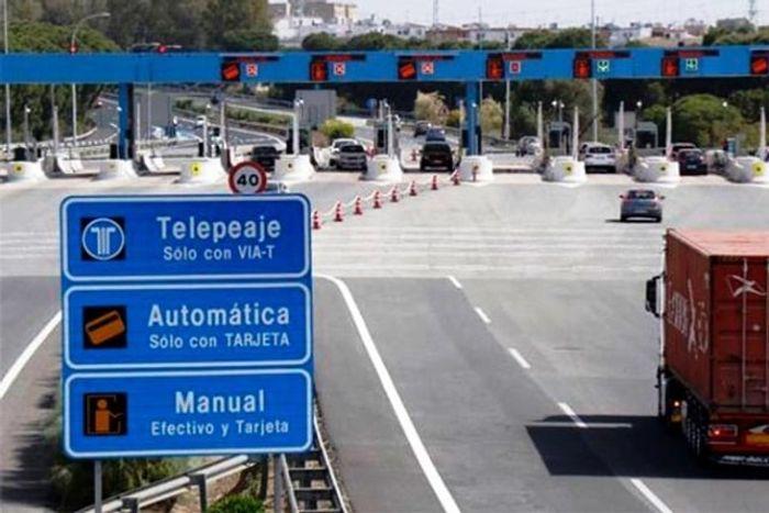 Полосы для разного вида оплаты проезда по платной дороге. фото