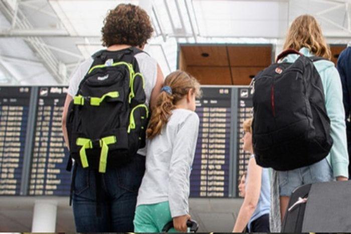 Пассажиры в аэропорту ждут информации о рейсе. фото