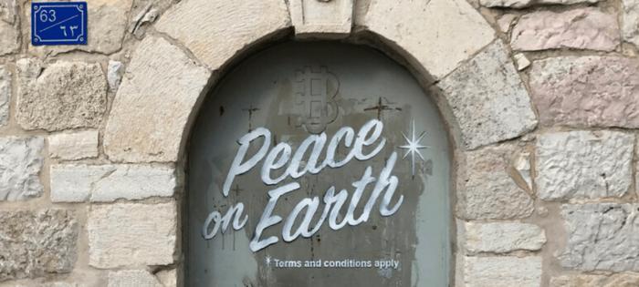 Quiero terminar mi breve visita a Palestina con este graffity que Banksy regaló a la ciudad de Belén. Vivamos en paz, con los mismos derechos y condiciones
