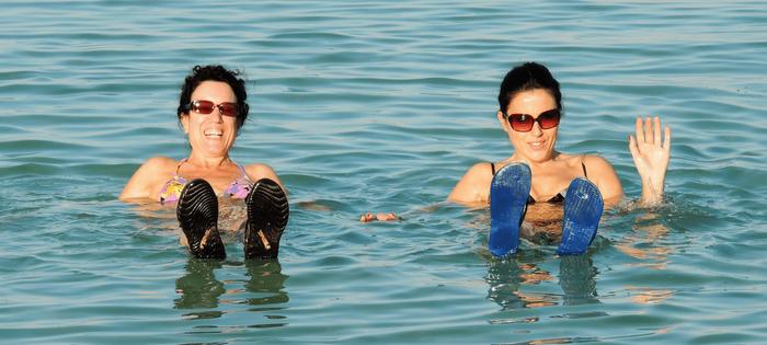 ¡Cómo se disfruta en el Mar Muerto! Gracias Zuri de Viajar a la Carta por compartir conmigo esta gran foto