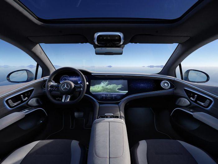 Интерьер Mercedes-Benz EQS с интегрированным дисплеем MBUX Hyperscreen © media.daimler.com