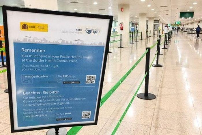 Информационный стенд по COVID в аэропорту Пальмы. фото