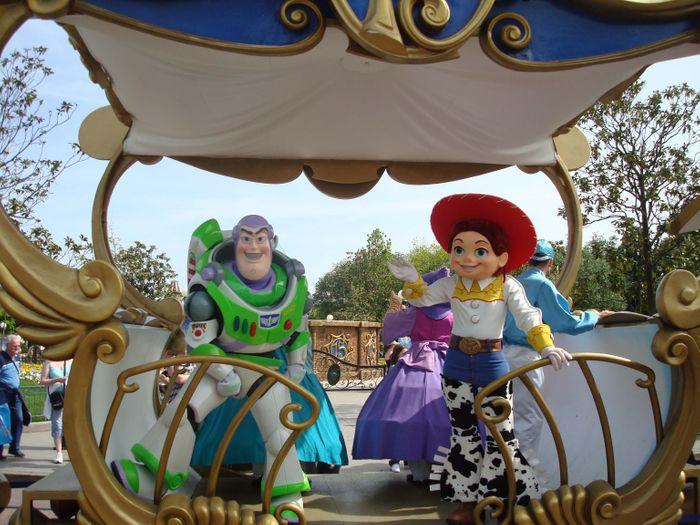 Cabalgata por las calles de Disneyland Paris.