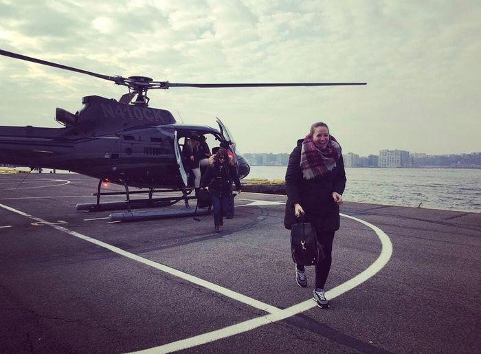 Mi cara de felicidad al bajar del helicóptero con el que sobrevolamos la ciudad. Experiencia increíble.