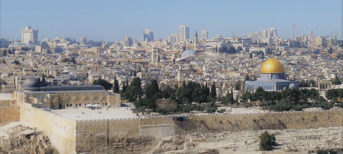 Jerusalén desde el Monte de los Olivos ¿Cuantas cúpulas ves? ¿Y torres? ¿Y fortalezas? Un mundo enorme dentro del intramuros
