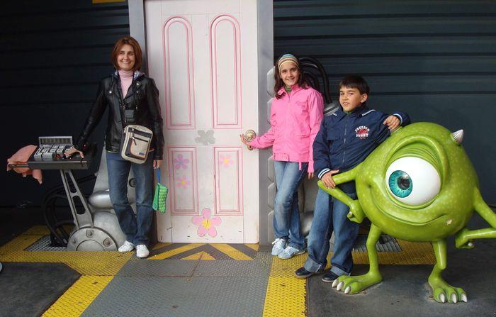 Con los personajes de Monstruos SA.