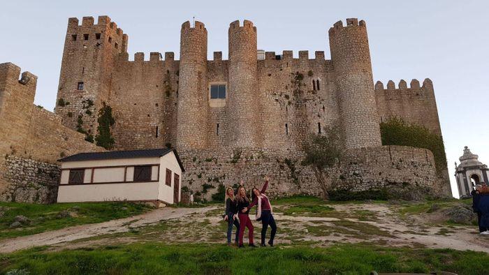 ÓBIDOS, la ciudad amurallada con color medieval. Parte del grupo posando