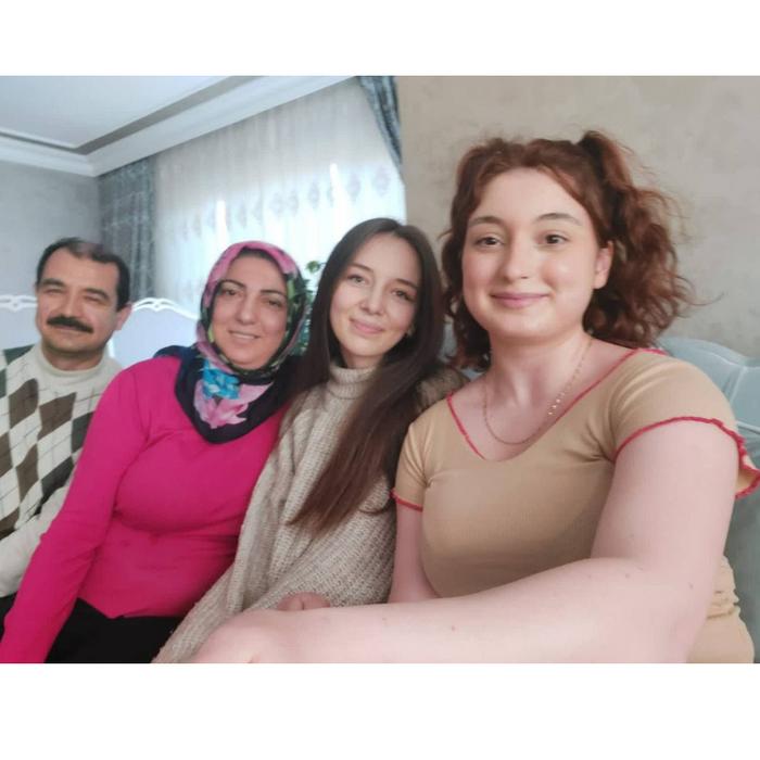 Приймаюча сім'я Вікторії. Тато - Омар, мама - Ясемін та їх дочна Берра